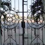 Puerta antigua del hotel. Enfrente, la Puerta del Reloj