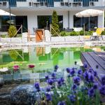 Hotelpark und Naturbadeteich
