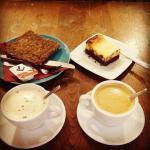 Cafés con tostada de cereales y brownie cheesecake