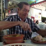 Mi papa comiendo sancocho de gallina