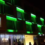 Facciata dell'Hotel. Cambia continuamente colore