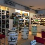 Ottimo locale, con degustazione di ottimi piatti caratteristici è ottima offerta di vini, con pe