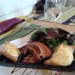 L'entrée de mon fils : Très beaux rillons, salade fraîche et st marcelin