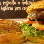 Hambúrguer de costela com batatas rústicas