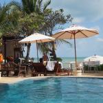 Blick vom Pool auf Strand und Restaurant