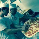 Lo staff durante la preparazione del pane pasquale: il Tortano.