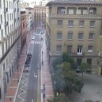 Vista al exterior desde la habitación, justo detrás del edificio de la derecha está el parking