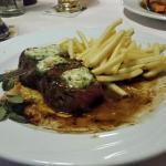 Steak mit Kräuterbutter und Pommes