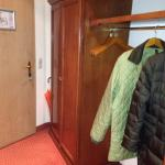 Eingang und kompletter Stauraum im 'hellen' Zimmer