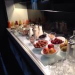 Photo de la chambre et du buffet du petit-déjeuner.
