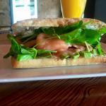 SANDWICH FILADELFIA (ciabatta, salmon rosado ahumudo, rúcula, crema ácida, ciboulette y palta...