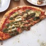 Pizza alcachofa palmitos pesto