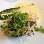 Bar snacké à la plancha, raviole de crevettes grises et safran d'Alsace