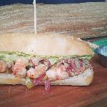 Sándwich de camarón al pilpil con palta, cebolla morada y ají verde