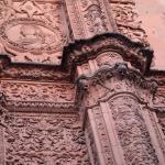 A Rã de Salamanca está exatamente no centro da foto, acima da cabeça da caveira.