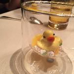 Schon die Grüße aus der Küche zeugten von Humor: diese - im Wortsinne - süße Ente toppt alles!