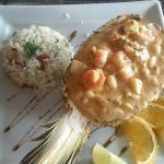 Camarão com brie e abacaxi e arroz com amêndoas.