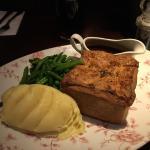 Alcuni dei piatti serviti qui: una specie di grigliata mista, una pie di carne e un tradizionale