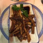 Locale piccolo ma accogliente,personale qualificato e diverse specialitá tipiche cinesi.  Consig