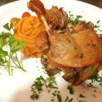 Confit de pato com purê de batata doce e um mix de cogumelos frescos
