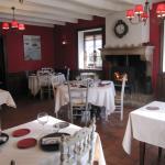 salle de restaurant avec cheminée