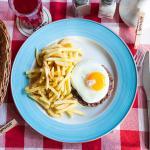 Бифштекс с яйцом и картофелем фри
