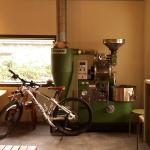 한적한 동네에서 커피향을 맡으면서 여유를 즐길 수 있는 카페이다. 사장님께서 직접 원두를 로스팅하여 제주도 곳곳의 카페에 원두를 공급하시고, 직접 로스팅 하시는 만큼 커피맛