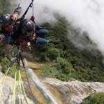 en vol au dessus de la cascade