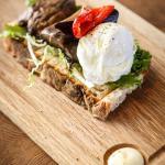 Buffelmozzarella, gröna blad och rostade grönsaker på levainbröd