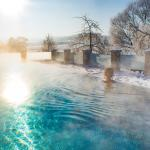 Pool in Winterlandschaft