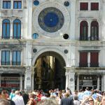 El arco de la torre y  y la calle de Mercerías (arriba el reloj)