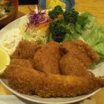 ミックスCのメインデッシュ:ヒレカツ3個とエビフライ1本。Deep fried pork fillet cut let and prawn.