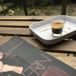 Um café tem uma esplanada interior, que nos devolve uma total sensação de privacidade.Decoração,