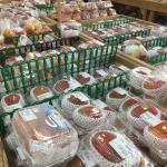 7月のマンゴーの季節には、直売所の半分がマンゴーで埋まります。