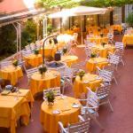 Il giardino interno del ristorante la Caravella - La Caravella restaurant inner courtyard