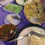 Einmal GreenCurry with Prwans und Chicken Tikka Masala und Naan Brot mit Knoblauch