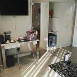 Salon independiente con sofa, minibar, tv y cafetera