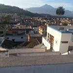 Por la buena ubicación del hostal  se puede apreciar las hermosas vistas de la ciudad y los volc