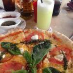 El circo : buena opción para pizza, especialmente la de 4 quesos o napolitana . La atención es m
