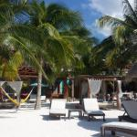 vista de la playa y área de estar que esta frente al restaurant