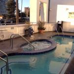 Hotelzimmer, Pool, Liegebereich und Außenansicht