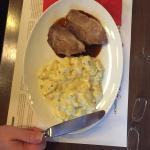 schweinshaxe mit kartoffelsalat, capuns, schweinsbraten und käsespätzle.... wunderbar 😊