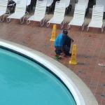 Esta es la única zona de hotel que tiene como atractivo, la piscina y solo cuenta con 14 sillas