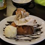 L'aumonière dessert patissier :crème chantilly maison accompagnée de fruits de saison enveloppée