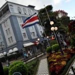Bandera Costa Rica en los jardines del Teatro