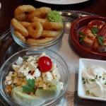 3 Tapas: gratinierter Ziegenkäse, Bauernsalat, geb. Tintenfischringe mit Aïoli