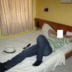 Observe a cama de CASAL, os travesseiros e a parede mofada.