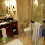 Baño de mármol y teka perfectamente equipado, impecable, con albornoces y zapatillas.