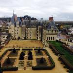 Une vue plongeante sur le magnifique château de Langeais, un peu hors du temps comparativement a