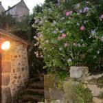 Dans le village, non loin du moulin